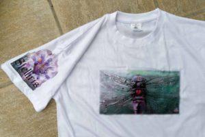 Impression sur tee shirt. Paon-libellule.